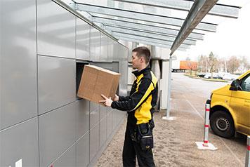 Postbote liefert Paket in myRenzbox
