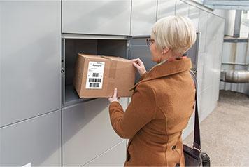 Bewohner entnimmt sein Paket aus der myRENZbox